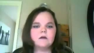 طفلة عصبية تحاول تغني