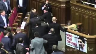 Kiev parlamentosundaki şu kavganın güzelliğine bakar mısınız?