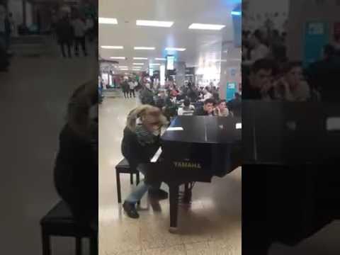 Xxx Mp4 Suona Un Pianoforte In Aeroporto Fingendo Di Non Saper Suonare Ma Poi 3gp Sex