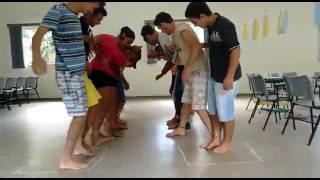 Brincadeira de grupo pés amarrados - Curso de Jovens IOV