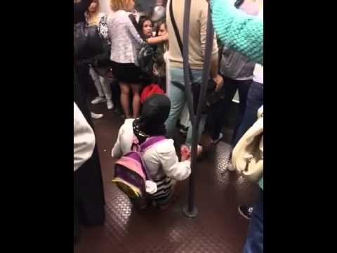 Femme araignée Lyon métro ligne D