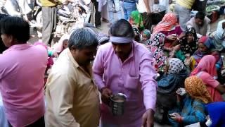 Aaj shani Dhaam samiti valo ne Allahabad bank ke samne kataar  me lage garibo ko Chai aur samosa vit