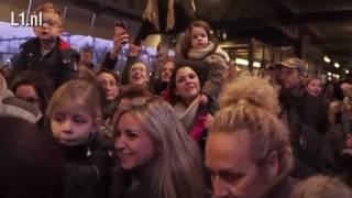 Honderden kinderen heten Kerstman welkom in Maastricht