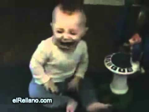 Bebê se assusta com o próprio peido