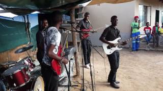 Allen  ndoda and  the  challengers  doing it on  stage  live