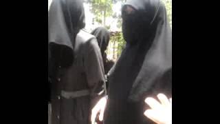 نساء من دوما يحاولن اقتحام احد مراكز اعتقال ابناءهن عند جيش الاسلام