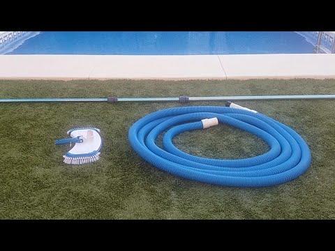 Limpiar fondo piscina con barrefondo manual