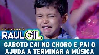 Programa Raul Gil (25/06/16) - Garoto cai no choro e pai o ajuda a terminar a música