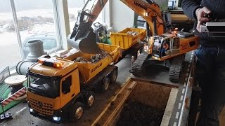 Amazing RC excavator Liebherr 960 SME working at the construction site