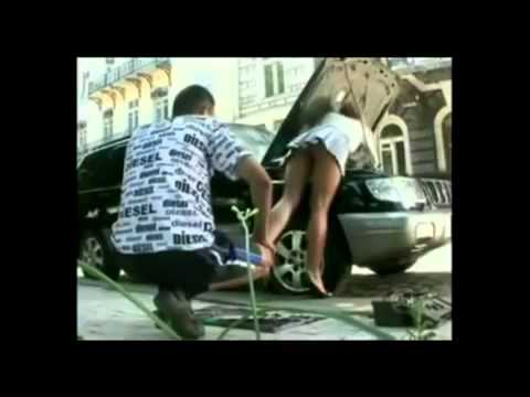 gostosa de parar o transito mostrando a calcinha enquanto conserta o carro