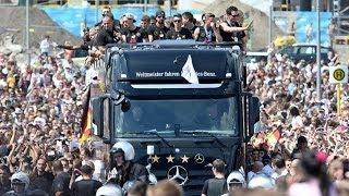 المنتخب الألماني يصل برلين وسط استقبال جماهري كبير - اخبار الآن