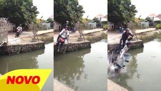 Pria Mabuk Terjunkan Motor Supra x Ayahnya - (Awas! ini video lawak)