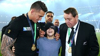 Sonny Bill Williams gives away RWC medal to fan! HD version
