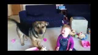 Muito engraçado o bebê rindo com as bolhas