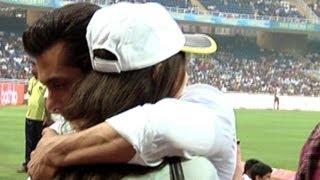Salman Khan Hugs Sneha Ullal @ CCL   Check Out