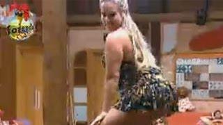 Ísis Gomes dança na boquinha da garrafa em cima de mesa