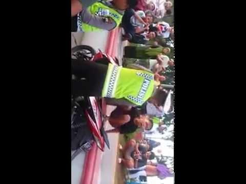Polisi vs anak kecil.