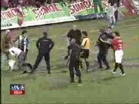 Políciais apanham da torcida do São paulo
