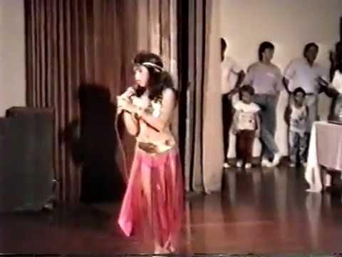 Shakira de 12 años Canta y Baila en Arabe. 12 years old Shakira singing and dancing bellydance