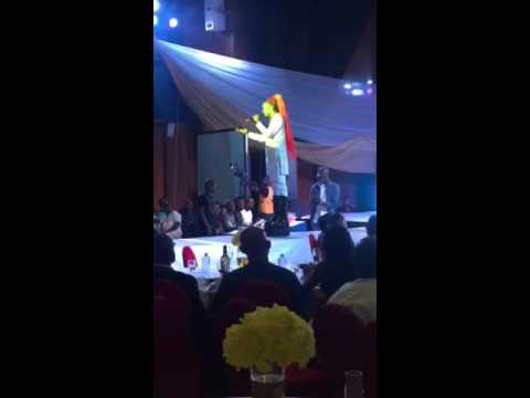 how not to fall of the stage by Denrele (@denrele_edun @chaperonabuja)