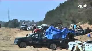 الثوار يقتحمون منزل القذافي ويحطمون النصب التذكاري الشهير