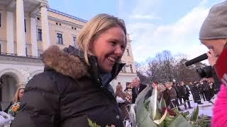 Her får Sylvi Listhaug blomster av dattera