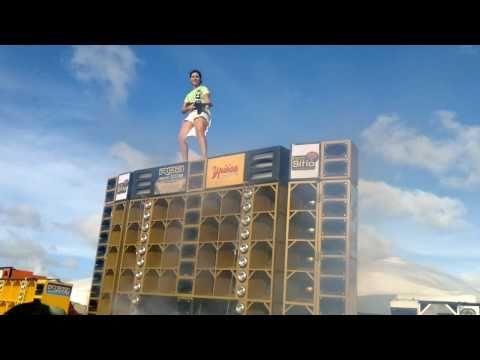 Garota em cima do Paredão de Ouro Autodromo do Eusébio