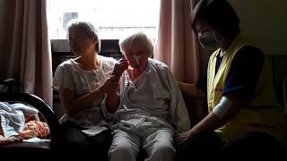 體溫37.3 血壓 135-72-130 讓老媽坐在陪床椅作經絡按摩VIDEO0839.mp4