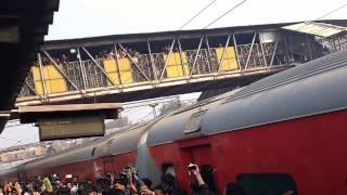 Download Shahrukh Khan arrives at Delhi(Hazrat Nizamuddin) by train to promote Raees 3Gp Mp4