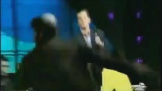 يهودي يتأثر بكلام صحفي و يضربه مباشرة على الهواء