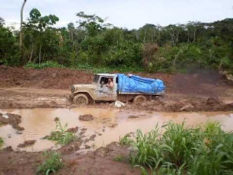 Hilux no atoleiro na BR 364 no trecho entre Sena Madureira e Feijó ACRE