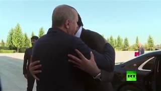 لحظة استقبال أردوغان لأمير قطر