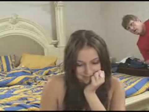 Pai flagra filha mostrando os seios na webcam