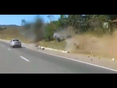 Motociclista Voa Moto Parte ao Meio Acidente BR 060 Imprudências nas Estradas