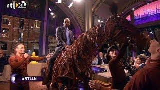 Spectaculair voorproefje theatersensatie War Horse - RTL LATE NIGHT