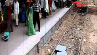 Funny Fight Between Rajasekhar & Soundarya In Railway Station