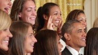 فتاتان تمازحان أوباما بطريقة   غير اعتيادية