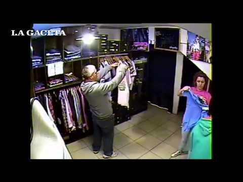 Filman a un punguista y a una mechera robando en un local de ropa