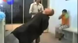 vídeo engraçado -BÊBADO CORTANDO CABELO SÓ PODIA DAR NISSO