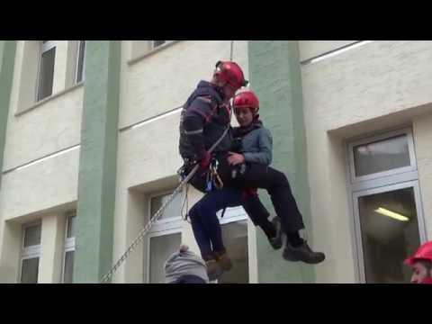 Öğrenciler, 25 metreden aşağı indirilen kadını korku dolu gözlerle izledi