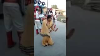 Funny Gujarati bhabhi, solo dance in barat on Bollywood hindi song, funny performance