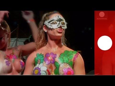 Des danseuses seins nus et 'Occupy Carnival' manifestent à la veille du carnaval de Rio