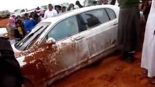 """سيارة بنتلي """"تغرز"""" في رمال الثمامة.flv"""