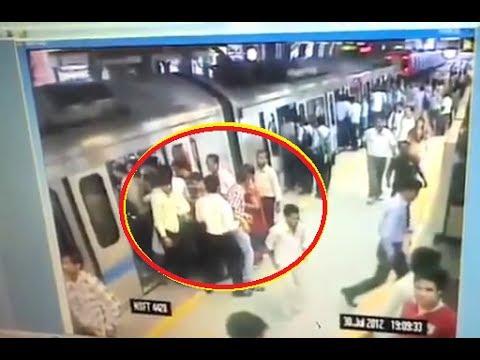 Xxx Mp4 Delhi Metro Live Thief Caught Mobille Stolen CCTV Footage By DMRC Team 3gp Sex