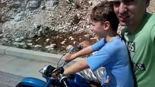 Filip i tata mu na motoru