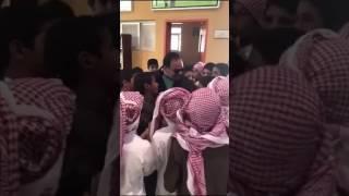 ردة فعل عفوية لطلاب زارهم معلمهم السابق بعد انقطاع