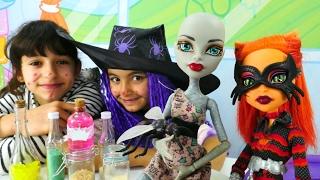 Monster High bebekleriyle Cadı Oyunu. Cadı Emily zehirli kurabiye yapıyor. #Kızoyunları