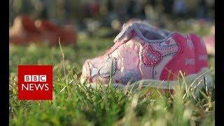 Shoes mark young US gun victims - BBC News