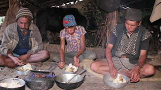 Boiling milk in primitive style ll Eating food in village ll Primitive technology