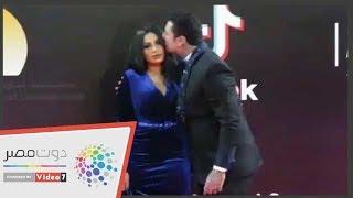للمرة الثانية.. قبلات الفيشاوى وزوجته على السجادة الحمراء فى مهرجان القاهرة